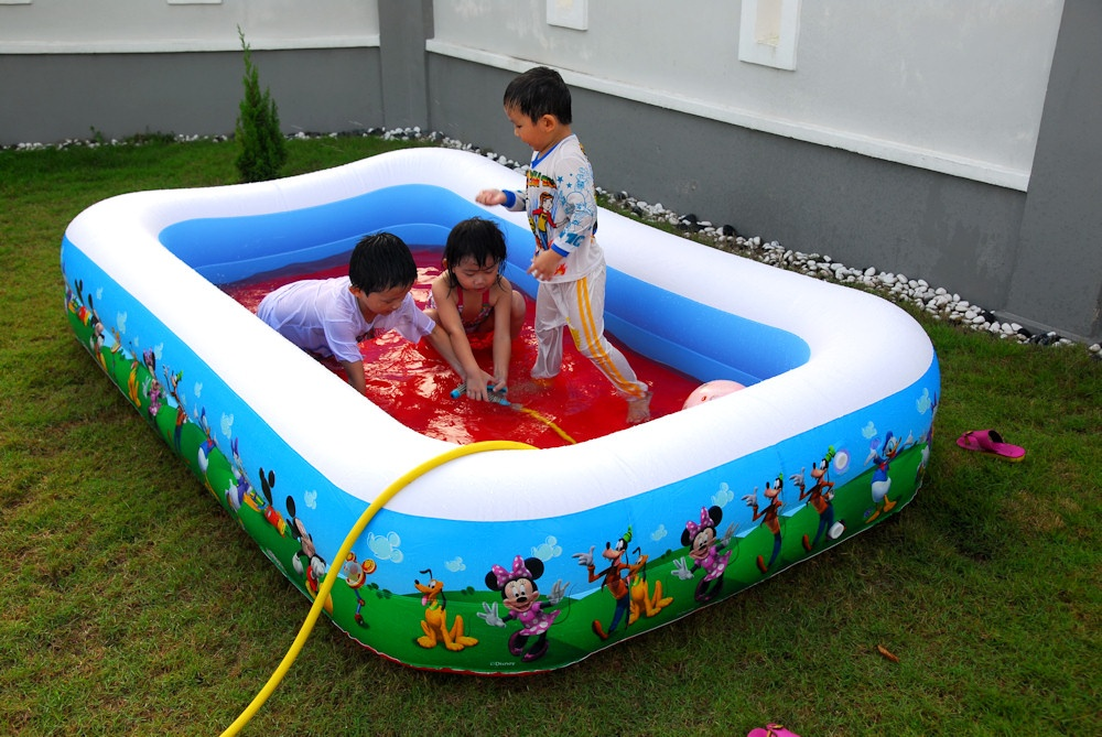 Swimming pool for the kids dr koh for Plastik pool rund