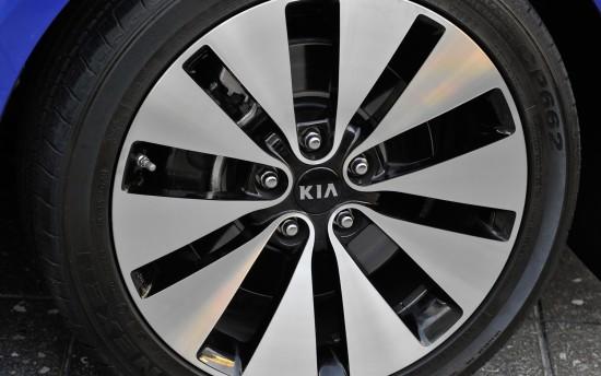 2012-Kia-Optima-Limited-wheels