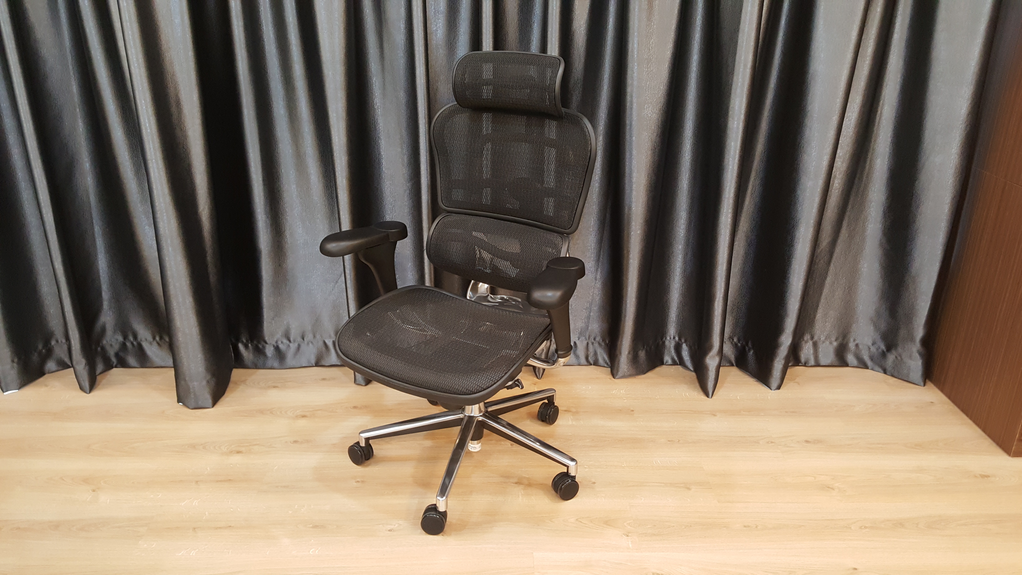 fac575f20a8 It took 10 minutes for the skillful worker to assemble the chair. Looks  perfect